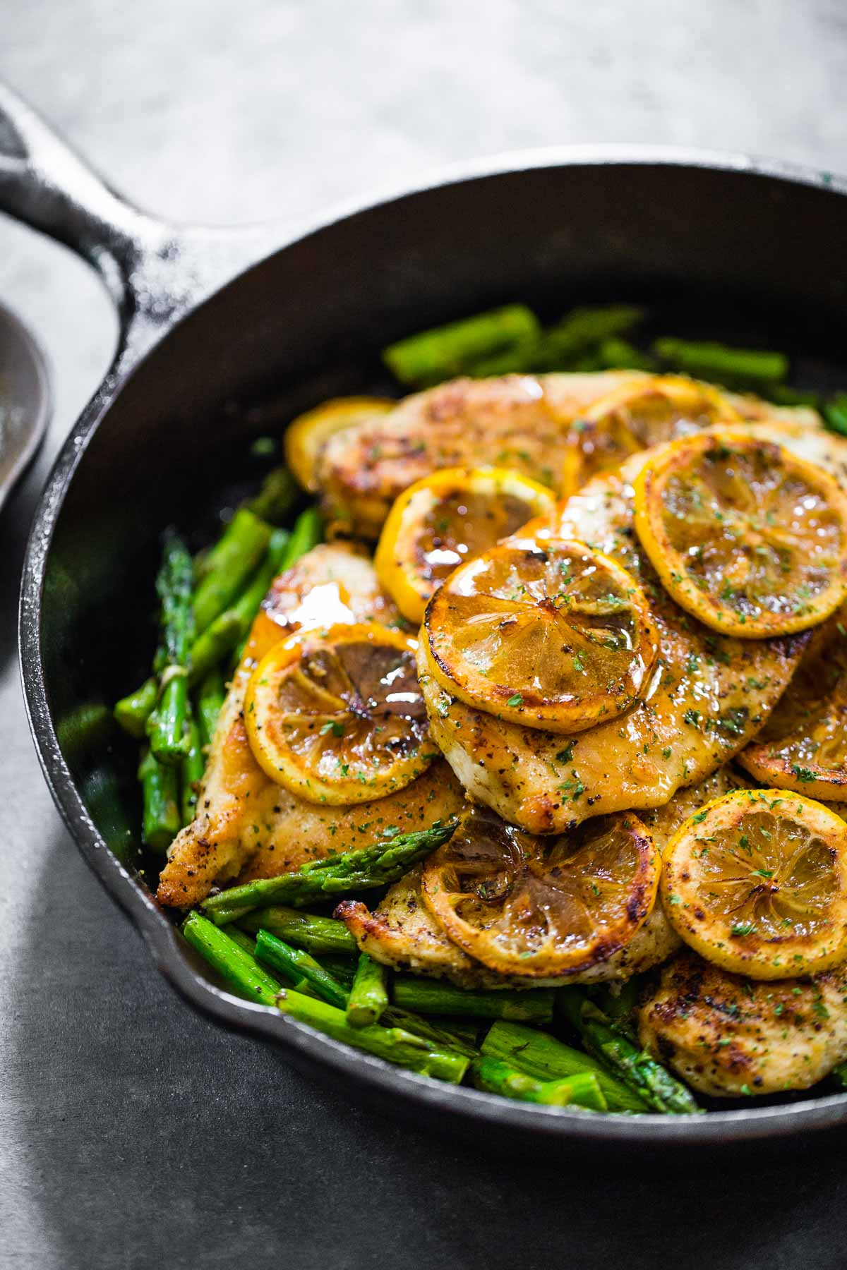 Lemon chicken in a skillet with green beans